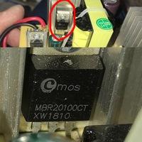 車のバッテリー充電器AC100→DC12vについて質問です。 この部品は秋葉原の某◯◯電子パーツとかで、手に入れる事は可能でしょうか? この部品が焼け臭くて壊れいる模様ですが… 交換してみようかと思ってます。  ...