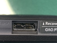 ポータブルハードディスクとパソコンをつなぐUSBの接続部分が、破損してしまいました。 中にある差し込みの一部がポロっとはがれてしまいました。どのような解決方法があるか、ご教示いただけると幸いです。 ※写真の接続部分の右側のほうが破損しており、パソコンでは、「電源がとれない」という表示が出ます。