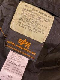アルファMA-1を古着屋で購入したのですが、本物なのか分かりませんので教えて下さい 裏地が黒です。ポケットの中の裏地は灰色になります。 ジッパーのところにアルファと記載されてます。