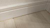リフォームの施工ミス 昨年フロアタイルの上貼りをお願い致しました。 巾木の交換もお願いしました。 すると、コーキングが割れ、巾木カバーは外れ、巾木が斜めになっているなどとにかく荒いのです。 リフォーム...