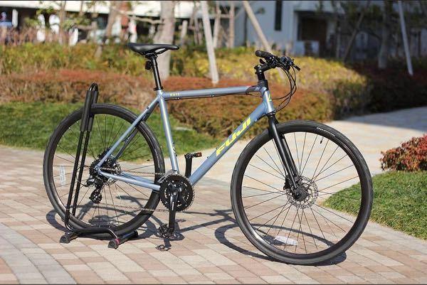 来月、初のクロスバイクを購入予定なのですが、FUJIのRAIZにしようと思っていますが、現物がどこにも置いてない為、色が実際どんな感じかわかりません… 画像の色のクロスバイクは皆さんからみてどう...