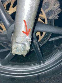 ホンダのジェイド250についてです。 フロントフォークの下の方にあるオイルを抜くボルトが中折れしており、フォークオイルがダダ漏れ状態になっています。これは修復可能なのでしょうか?教えていただきたいです...