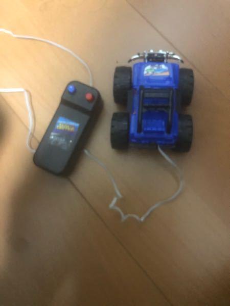 これはダイソーで買ったおもちゃです。青ボタンを押すと前進し赤ボタンを押すとバックします。どんな仕組みか知りたいです(直流モーターなのはわかるが)。