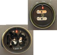 電池蓋について質問です。 電池式のLEDランタンを購入したのですが、新品の電池を入れても点かないので調べると写真のように赤矢印↑で合わせて使用するのですが、蓋の+と接する部分が並列に処理されているのですが、これだと点かないですよね? 月曜日、サポートに連絡入れるために確証を得たく質問しました、宜しくお願い致します。