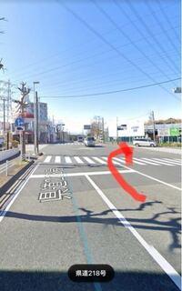交通ルールについての質問です。自分はこの前画像の交差点で赤い矢印のある車線から右折を試みたのですが、対向車線の交通量も激しく後ろからクラクションも鳴らされたので右折を諦めました。交差点の真ん中には4方 向にやじるしがあったのですが、ここでは右折出来ないんですか?