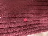 洗濯物の色落ち?について 赤色のニット素材のトップスをいつも通り洗濯したら写真のように一部分だけ蛍光ピンク色に色落ち?してしまいました……。  使ってる洗剤は 1.液体洗剤(アタック) 2.酸素系漂白剤(粉...