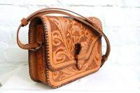 このような革バッグを探してます。どうすればいいですか? このようなめちゃくちゃ頑丈な革(皮)をめちゃくちゃ太い革紐で頑丈に縫い込んだバッグを探してるのですが、なんと調べればいいでしょうか?  太い革...