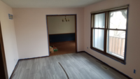 薄いピンクの壁に何色のカーテンが合うか。 壁はグレーぽく、ソファーは薄いブラウン。 スッキリした印象にしたいです。 コーヒーなど飲んでくつろげる部屋にしたいです。この右側窓です