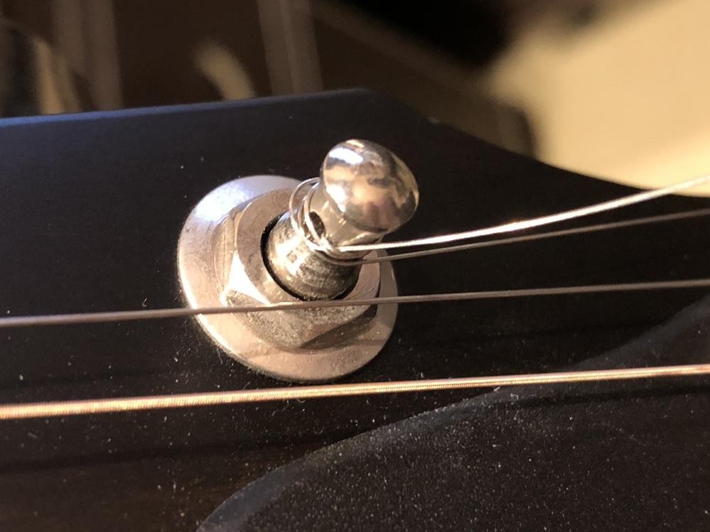 アコースティックギターの弦を自分で張ったら、隙間ができているのですが、やり直したほうがいいでしょうか? 写真は2弦ですが、全体的にきつく締めるのに失敗した感じです。音はいいです。この先、チューニ...