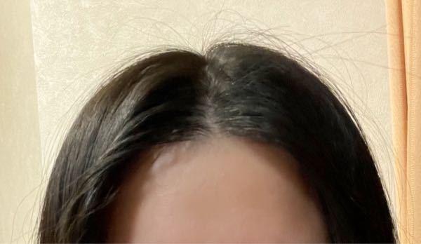 女なのですが、センター分けがうまくいきません。 前髪が短く、デコが狭いせいなのか、根本の部分が立ち上がってくれません。 どうしたらいいですか?