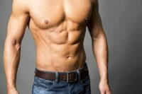自重トレーニングだけでこの方の様な筋肉は付きますか?  また、可能な場合、YouTube等で載っているようなトレーニングでなれますか? 出来れば食事なども教えて頂きたいです(^-^;