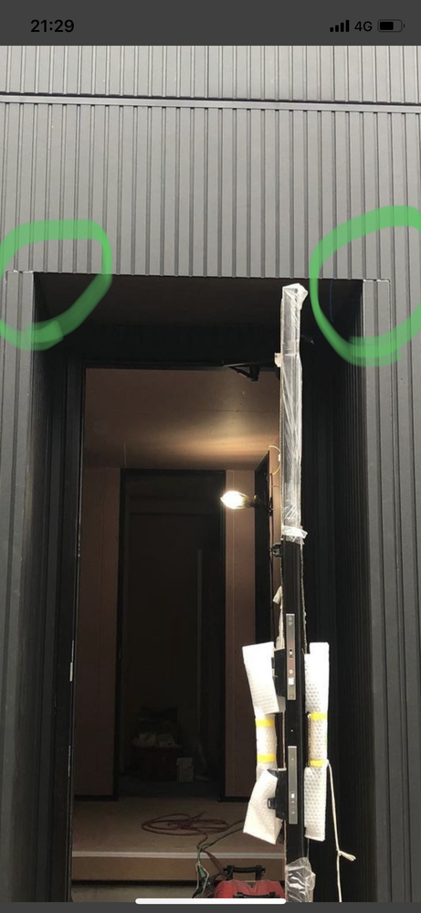 ニチハのリブ9の縦張り外壁についてです。 このズレはしょうがないものでしょうか?