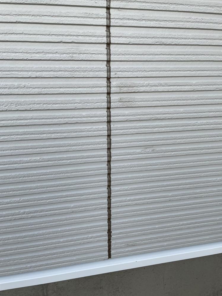 新築の外壁が風の強い日にコーキングを打ち外壁や窓などにコーキングが付いています グレーのコーキングご真黒です。 キレイになりますか? 外壁から貼り直してもらえるでしょうか? https://re...