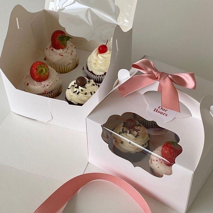カップケーキの上にホイップでデコレーションしたのを友達にプレゼントしようとしてます。 下のようなカップケーキ同士がくっつかないような箱?を手に入れたいのですが、百均に売ってますか?このカップケー...