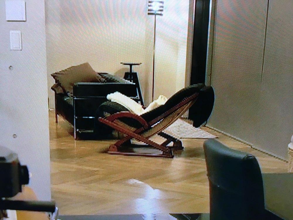 ロッキングチェアーのメーカーを教えてください。 添付の画像のような、 脚が固定されて、座面と背面が揺れるタイプの椅子を探しています。 画像の椅子はどこのメーカーのものかわかりますでしょうか? ...