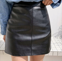 母が高校生でミニスカートを履くのはおかしいといってきます。また芸能人じゃないんだからミニスカートを履くなっていってきます。 そんなにおかしいことですか? (画像のようなスカートです)