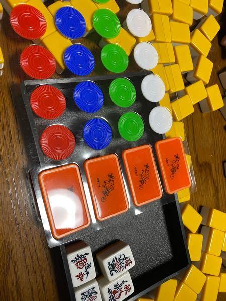 麻雀セットを購入したらこのような牌とチップが入っていたのですがこれらはどうやって使うのでしょうか? わかる方いましたら回答お願い致します