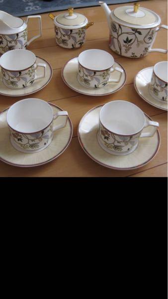 ウェッジウッド に詳しい方教えてください。 こちらのお写真のカップ&ソーサー、ポットなどパシュミナだと思うんですが、食器の裏側の表示はanthemion blueなんです。 anthem...
