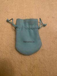 このティファニーの袋は本物でしょうか? もらい物なのですが、すごくいびつなので気になって…
