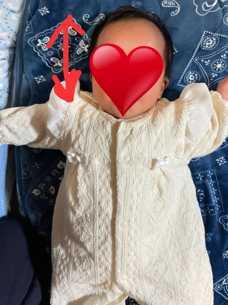 生後1ヶ月過ぎの赤ちゃんです。 昨日抱っこをしていたら写真の矢印の方向に頭を6回ほどリズミカルに伸び縮みさせていました。 今までにない奇妙な行動だったので親とめちゃくちゃびっくりしました… これは赤ちゃんあるあるなのでしょうか?