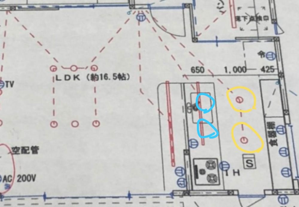 キッチンの照明についてですが写真の黄色い丸のところに電球色のダウンライト、 青丸のところに温白色のスポットライトにしようかと考えてますが同じ感じの人詳しい方意見を聞かせてください。 最初キッチ...
