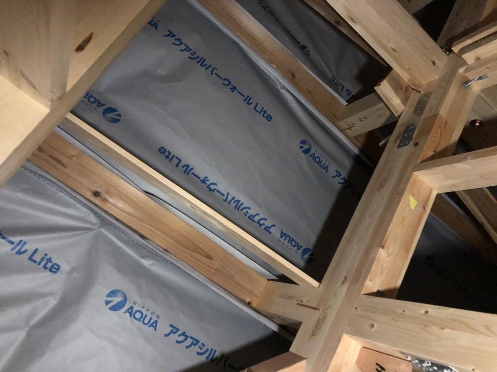 浸湿防水シートのアクアシルバーウォールライトの施工方法について。 アクアシルバーウォールライトにアクアフォームを吹き付ける場合、文字が書いてあるツルツルの面に吹き付けして問題無いでしょうか? 屋...