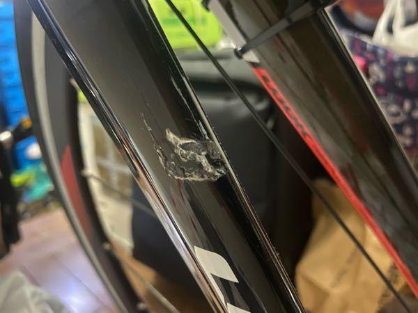 カーボンのロードバイクなんですけど 友達が前で急ブレーキしてぶつかってしまいフォークに傷が入ってしまいました。 ワイズロードで買ったんですけどそこに行けば直してもらうことって可能ですか? なんら...