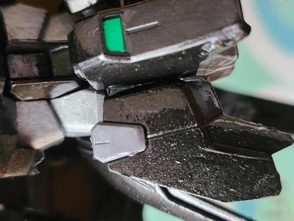 ガンプラってクリアー後ヤスリいるんでしたっけ? きれいに筆塗りした部分がぼこぼこなりました。