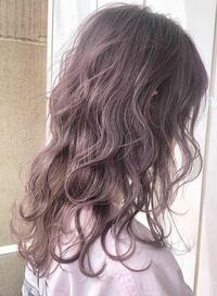 髪色を写真のようなピンクグレージュにしたいのですが、この色だとブリーチは必要でしょうか?そしてカラーは何回で美容院に予約を入れたら良いでしょうか?地毛は少しだけ明るく茶色っぽいです。