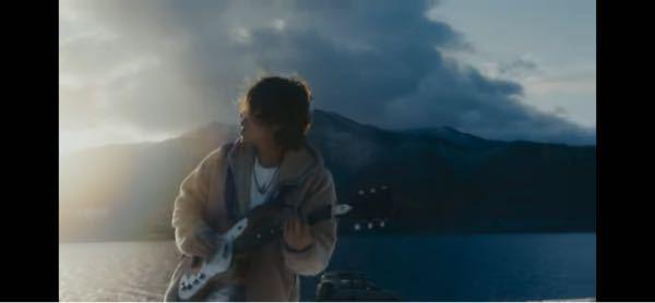 """ReNさんが""""Fallin'""""のMVで弾いているエレキギターはどこのメーカーのギターですか?"""