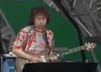 『吉田拓郎 & かぐや姫 Concert in つま恋 2006』について。 吉田拓郎氏が『唇をかみしめて』を唄っていた時にエレキギターの演奏を担当していた、画像の男性は何という方ですか?