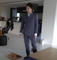 この形のスーツって今流行ってるんですか? 画像は三崎優太さんです。 なんか甚平みたい…