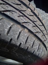 タイヤの交換時期について伺いたいです。 先日ガソリンスタンドで、タイヤのひび割れを指摘されました。 前回の交換は2019年4月で、タイヤには2618と表記されています。 ネクストリーです。 毎日20kmほど走行します。交換した方が良いかどうか ご意見をお聞きしたいです。ワゴンRです。 勧められたタイヤは、作業料金と廃タイヤ処理料込みで いずれも4本セット  セイバーリング ¥15,600 ネ...