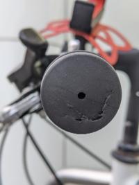 自転車のハンドルグリップについてです 自転車を置いてたら横風で自転車のが倒れてしまいました 写真のようにハンドルグリップのに切り傷? ができました 傷を目立たなくしたり、元通りにしたいです グリップを買って付け直すのは無しでお願いします 心優しい方ご回答よろしくお願いします 誹謗中傷はやめてください