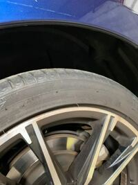タイヤ交換をしたのですが、リアのタイヤとボディの間が高くなってしまいました。 このまま走れば元の低さに戻りますか? 車高調などはいじってない純正です。  車種はBRZです