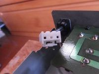 このコネクタはなんて名称でしょうか。 電源ケーブルの被覆が破れてしまったので、 交換したいんですが、写真の白いコネクタの名称がわからず検索すらできません。