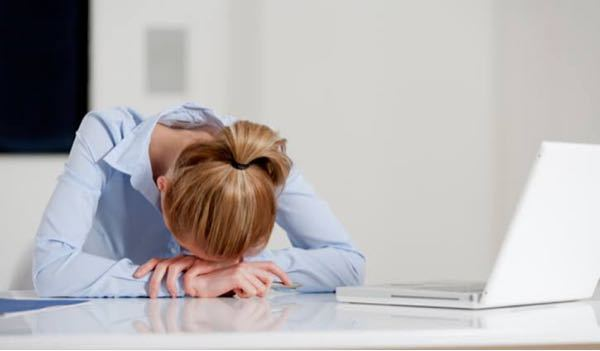 昼休憩に仮眠する時があるんですが足が痺れます。 寝る体勢は画像と同じです。 足は普通に座っているだけです。なぜ痺れるんでしょうか。股関節あたりが圧迫されているから? 対策ありませんか? 5分くら...
