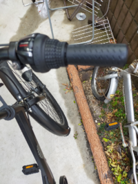 自転車のグリップを交換したいのですが、この切換えが付いてる場合はグリップは交換できますか?左側は切換えがないのでグリップの長さが右側と違います。これは、切るのですか?それかグリップの上側に切換えが付い てるのですか?