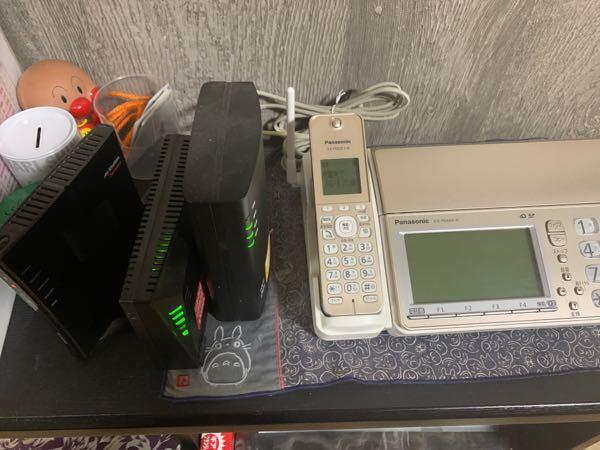 ネットの回線等に詳しい方に質問です。現在、WiFiがとても遅く困っています。この写真はどういう状況ですか?また、遅くなっている原因が分かればおしえてください。固定電話と繋がっているようです。 パソコンを使っているのですが急に切れたりして腹が立ちます。