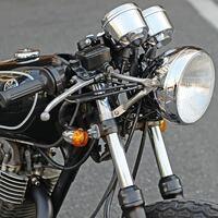 バイク cb400ssのヘッドライトについて cb400ssのヘッドライトの装着方法がクリップのようなものにボルトで留めている感じですが、写真のようにフロントフォークからステー?を伸ばして留めるように改造するのは可能でしょうか?