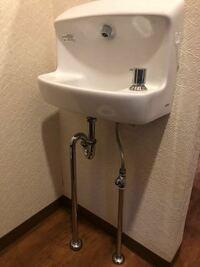 この手洗い場(TOTO洗面台)の蛇口を自動水栓に取り替えることはできますか?洗面台全部を取るのではなくてです。 よろしくお願いします。  自動手洗い水道設備屋水道工事リフォームホームセンター