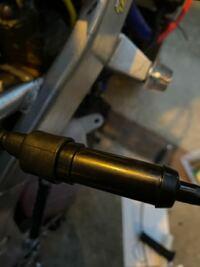 NS-1のスロットルワイヤー交換についてです。 先日スロットルワイヤー(アクセルワイヤー)が切れてしまい交換を試みたのですが、この黒い部分の取り外し方が分かりません。