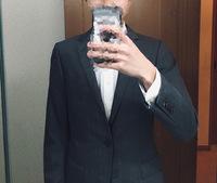 このグレーのスーツに合うネクタイの色って何色だと思いますか? 専門学校の入学式で着ていくのですが初めてスーツを着るためなに色のネクタイが似合うのかわからず困ってます。 何色でどんな柄が似合うか教えて欲しいです。 お願いします!