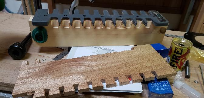ハイコーキ ルーターM12V2 をお使いの方に質問です。 回転数を調整(1~6)できるのですが、使い方教えてもらえませんか? 本日、LEIGHスルータブテールジグを購入し作成したのですが、ラワン材で使ってみたところバキバキに割れました。 当て板はあてていません。 色々回転数を変えてやってみたのですがどうにもよくわかりません。 軟材は回転数が速い方がいいのか。。。 調整のコツとかありましたら教えてください。 よろしくお願いいたします。