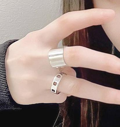 この薬指についてるリング(指輪)が欲しいのですが、どこのブランドかわかる方教えてほしいです! また、これに似たようなデザインでも構いません。シルバーアクセサリーに詳しい方などぜひ教えて下さい。よ...