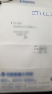 返信用封筒の書き方について質問です。 この場合、右上の郵便番号は、自分の郵便番号を記入したのでいいのでしょうか? 回答お願いします。 (真ん中の方にあるのは送り先の郵便番号から色々です。)