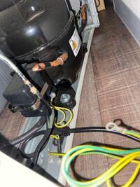 冷蔵庫の後ろの回路なんですが、右の黄色と緑のコードの先端はどこかに引っ掛けるのでしょうか?