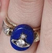 このヴィヴィアンウエストウッドの指輪に一目惚れし探しているのですが、商品名や今売っているかどうかなどがわかる方いらっしゃいますか? 「ヴィヴィアンウエストウッド 指輪 青」などで検索しても出てきませんでした。