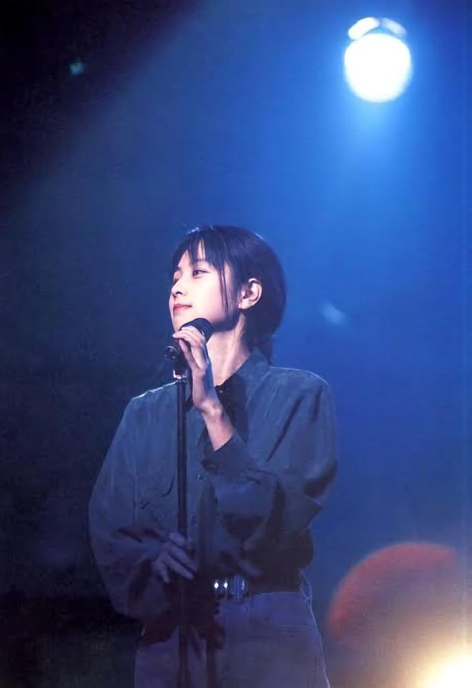 ZARD 坂井泉水さんのこの衣装は何の歌を歌っている時ですか?