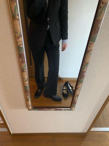 スーツの靴をそれぞれ試しに履いてみたんですが似合うと思いますか?どっちが好みですか?2枚写真載せられないので僕のプロフからもうひとつの質問に飛んできてくれると嬉しいです